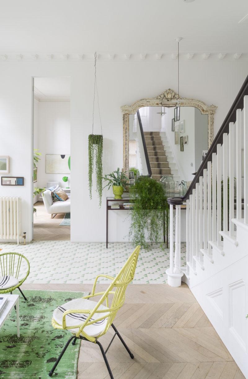 Una buena combinación: Arte, plantas y mobiliario vintage